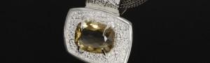 Reichlich verzierter Silber-Kettenanhänger mit Citrin