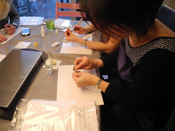 Gemeinsam arbeiten die Teilnehmerinnen am Schmuckstück